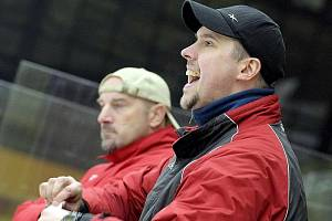 Trenérské duo jihlavských juniorů Petr Svoboda (vpravo) a Pavel Zmrhal rozhodně nemohlo být po včerejším utkání s Litvínovem spokojené. Doma jejich svěřenci dostali půl tucet branek, sami se trefili jen jednou.