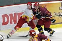 Útočník Ladislav Rytnauer (v bílém s číslem 7) se v pondělí představil v Jihlavě už jako hráč Hradce Králové.