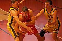Basketbalisté Jihlavy (vlevo Jakub Dokulil, vpravo Tomáš Solař) se pokusí ve Zlíně a Uherském Hradišti vydolovat  další cenné výhry.