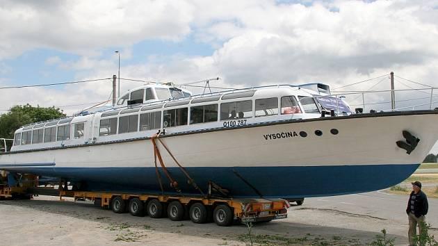 Pouť výletní lodi dlouhá necelých 180 kilometrů končí. Dva jeřáby spustí kolos na hladinu Dalešické přehrady, kde bude loď sloužit turistům. První vyhlídkové jízdy na sebe v teplých dnech nenechají čekat.