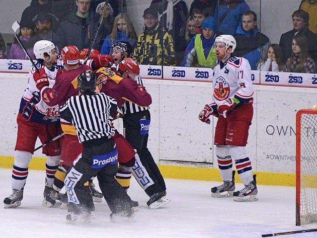 Důležitý souboj dvou nesmiřitelných rivalů nabídl v havlíčkobrodské Kotlině kromě sedmi branek a výborné atmosféry také několik potyček mezi hráči.