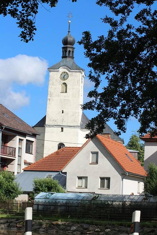 Věž kostela čeká na novou fasádu.