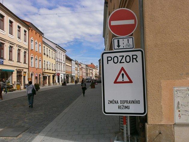 Cyklisté ano, auta ne. Benešova ulice jede týden v novém režimu.
