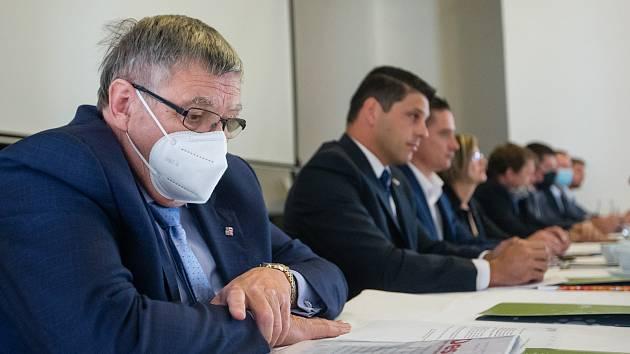 Jiří Běhounek při panelové diskusi kandidátů na hejtmana Kraje Vysočina.