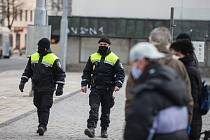 Jihlavští strážníci kontrolují, zda si lidé na ulicích zakrývají nos a ústa.