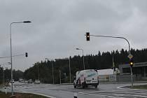 Na semaforech na křižovatce u Tři věžiček jsou zatím svítí jen oranžová barva, jsou totiž zatím ve zkušebním provozu. Dodavatelská firma sbírá potřebná data, aby se v pondělí 11. srpna mohly rozsvítit.