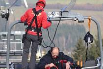 V neděli se na sjezdovce v Lukách nad Jihlavou uskutečnil nácvik evakuace z lanovky.