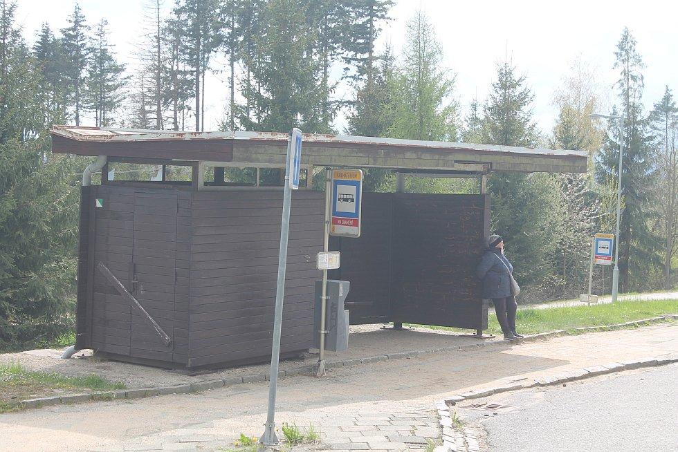 Dřevěná zastávka u jihlavského kramatoria.