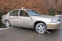 Kluzká vozovka byla příčinou nehody osobního vozu Chevrolet nedaleko Cejle na Jihlavsku.