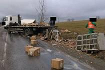 K dopravní nehodě nákladního vozu Liaz s nákladem vajíček došlo nedaleko Dušejova na Jihlavsku.