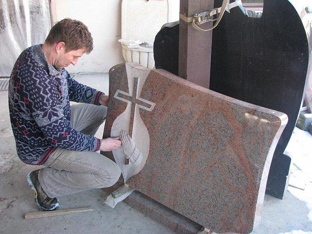Pomníky jsou alfou a omegou kamenického řemesla. Platí to i v případě Libora Šimona (na snímku). Jeho kamenosochařství vyprodukuje ročně sto kusů pomníků.