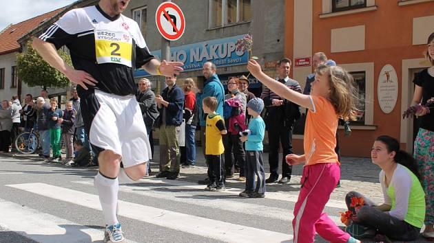 Každý účastník Běhu vítězství mezi Jihlavou a Třeští dostane v cíli závodu květinu. Tu běžci odnesou na vězeňský dvůr a položí k památníku zavražděných třešťských občanů.