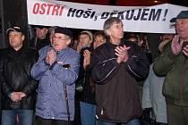 Nejméně 1400 demonstrantů přišlo dát před třebíčskou radnici najevo svou nevoli. Starosta Ivo Uher protest označil za mediální pěnu.