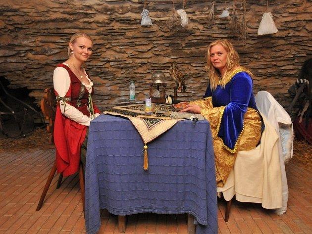 Věštkyně a kartářka Gerda Odehnalová (vpravo).