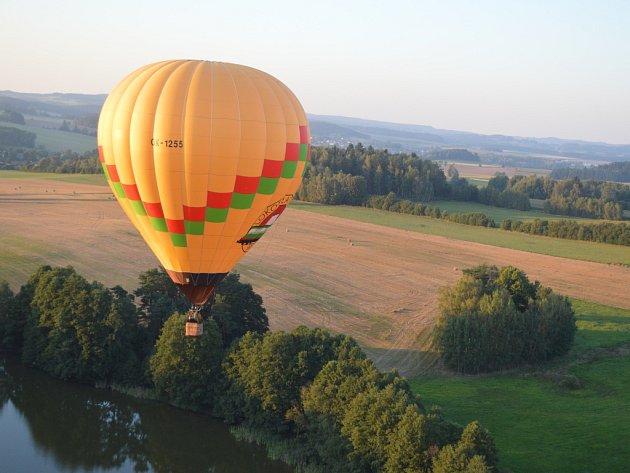 Adrenalinový začátek. V sobotu odpoledne se kvůli větru start balonu přesunul na blízkou louku. Diváci se nakonec jednoho startu z náměstí přece jen dočkali. Vítr ale nebyl ideální, takže se muselo odstartovat rychle.