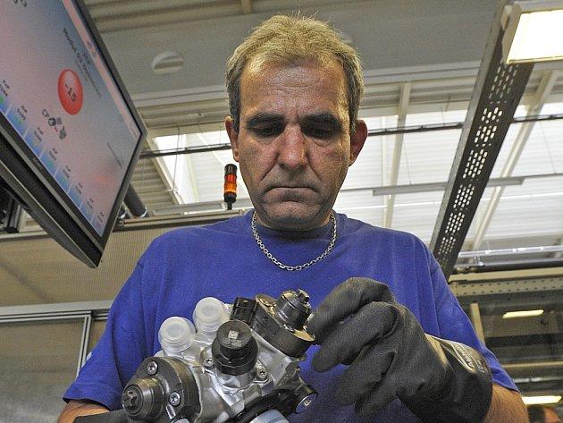 Pracovník v jihlavském Boschi právě kompletuje jedno z čerpadel s označením CP4.