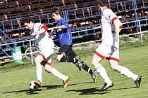 Fotbalisté Stonařova (v bílém) dokázali v posledních kolech zabrat.