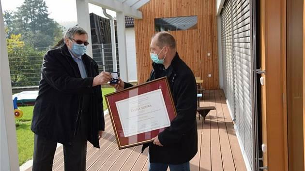 Hejtman Jiří Běhounek osobně předal ocenění přímo v obci starostovi Milanu Benešovi.
