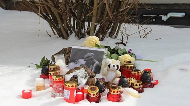 V posledních dnech vzniklo v Jihlavě několik pietních míst. Jedno je i v místě vraždy v Havířské ulici.