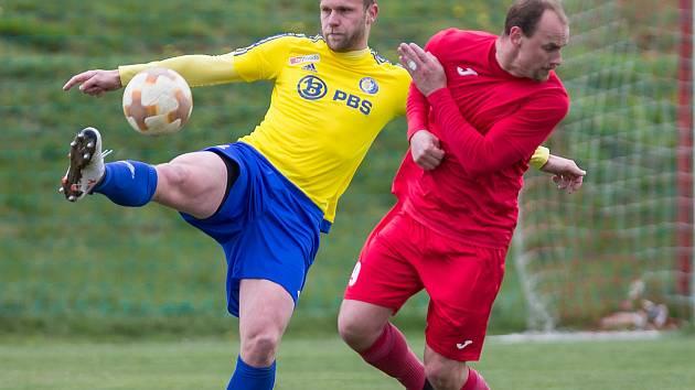 Fotbalisté Staré Říše (v červeném) se v novém ročníku divize D trápí. Po porážce v Tasovicích jsou už předposlední.