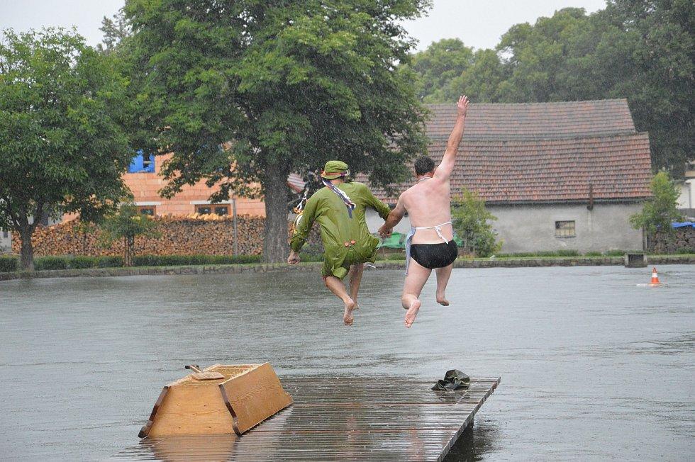 Neckyáda. Vodní boje v Hodicích na nádrži.