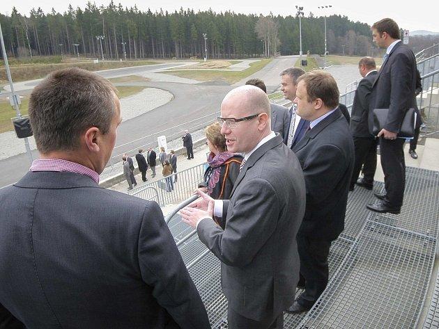 Během své pondělní celodenní návštěvy Vysočiny se premiér Bohuslav Sobotka (uprostřed) podíval i do novoměstské Vysočina arény. Zde se mluvilo také o možnosti vybudování víceúčelové haly s rychlobruslařským oválem.