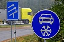 Značky přikazující jízdu se zimními pneumatikami se již objevily u dálnice.