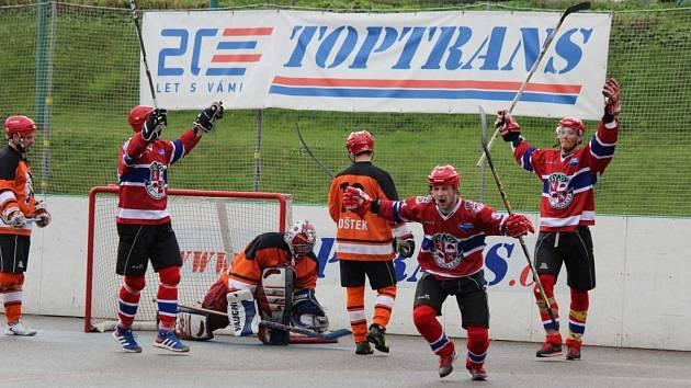 Gólová radost hráčů SK Jihlava a zmart hokejbalistů HBC Flyers. Do finále jde po výhře 4:0 tým SK.