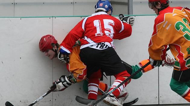 Hokejbalisté Jihlavy (v oranžovém) už potřetí v řadě nedosáhli na body.