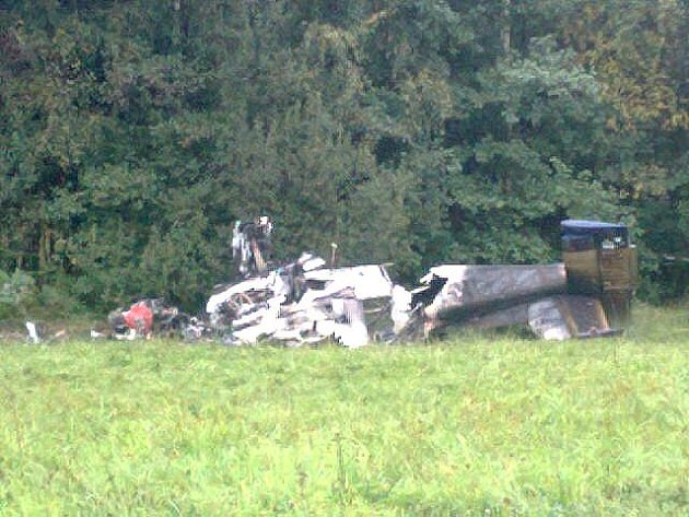Fotografie z místa tragického pádu letadla.