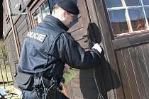 Policisté kontrolují zabezpečení chat v rekreačních oblastech. Ilustrační foto.