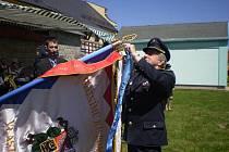 Při příležitosti 130 let založení sboru připnul na prapor svou osobní stuhu čestný předseda Okresního svazu hasičů Ladislav Cyprian.