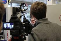 Na světla kamer je obchodní ředitel jihlavské firmy Bosch Diesel Hermann Butz (uprostřed) zvyklý. Jako manažer úspěšné firmy je o rozhovor často žádán.