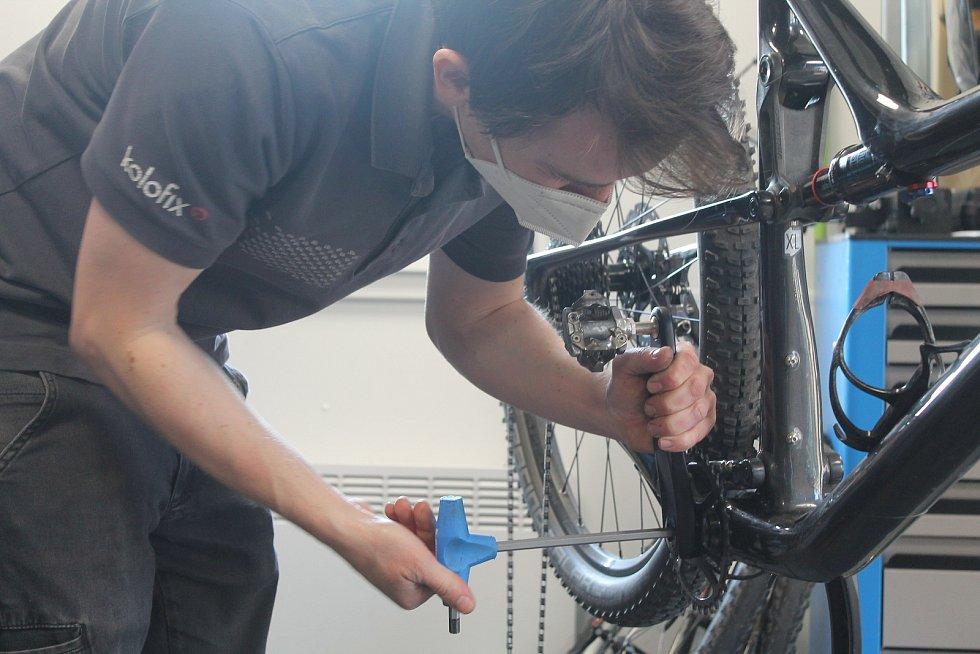 Jihlavský cykloservis Kolofix má na začátku jara napilno, o seřizování kol je vellký zájem. Jinde jsou na tom podobně.