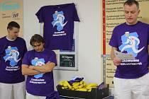 Vedle banánů v úterý svůj proslov na chodbě jihlavské nemocnice vedl lékař Bohdan Trnka (vpravo). Nechyběla ani trička s nápisem zachraňme zdravotnictví.