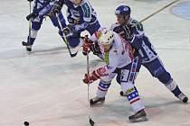 Hokejisté Horácké Slavie Třebíč (ve světlém) nedokázali navázat na své vítězství v Brně a dovolili Kometě, aby se domácí porážku v prvním kole pomstila.