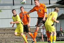 ROZHODLI V ZÁVĚRU. Fotbalisté Telče (v oranžových dresech) doma porazili v hektickém závěru Měřín 2:1. Rozhodující trefu si domácí Procházka schoval na druhou minutu nastavení.