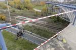 Řidič spadl se svým autem na cyklostezku.