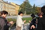 Zájemci o historii dostali i záložky a fotkami soch, které se vystřídaly na náměstí Svobody.