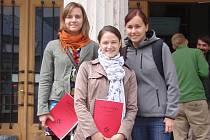 Markéta Majdičová (uprostřed) společně se svými kamarádkami z Čech pózuje před budovou vídeňské vysoké školy.