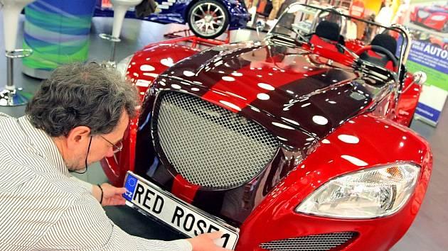 Rudá růže. Auto, které získalo v konkurenci dalších čtyř vozů pohár designérů, sestavili studenti a učitelé v Jihlavě.