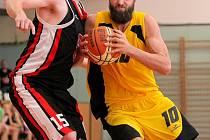 Vydali se. Jihlavští basketbalisté (s míčem Martin Novák) šokovali Litoměřice heroickým výkonem, který jim přivál dva důležité a velmi cenné body.