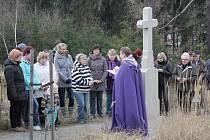 Na Velký pátek prošlo procesí, které čítalo asi šedesát lidí, obnovenou Kalvárií ve Stonařově.