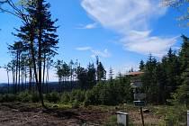 Výlet na nejvyšší vrchol Vysočiny, na Javořici, vede po lesních stezkách a cestou je možné navštívit několik zajímavých míst.
