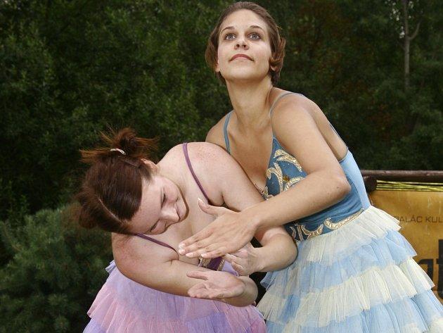 Ve scénce působily Eliška a Veronika jako křehké panenky.