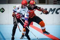 V souboji o Jihlavu byl úspěšnější výběr SK (v bílém), který porazil Flyers 5:2.
