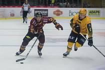 Také na ledě Frýdku-Místku potvrdili hokejisté jihlavské Dukly (ve vínovém dresu), že venkovní zápasy jim jdou letos lépe než ty před vlastními fanoušky.