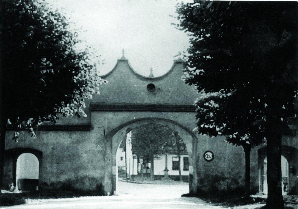 Obě brány, které by dnes zdobily Dolní Cerekev jako historické skvosty, jsou pryč. Dolejší brána v dolní části obce byla zbořena roku 1850 a Horní brána (na snímku) vydržela do doby, kdy do ní narazil tank při cvičení jihlavské vojenské posádky v roce 196
