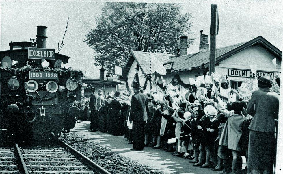 S velkou slávou přivítaly na nádraží v Dolní Cerekvi v roce 1938 historický vlak zástupy místních občanů, Sokolové, hudba a děti. Souprava byla vypravena k 50. výročí trati Jihlava – Pelhřimov – Tábor.