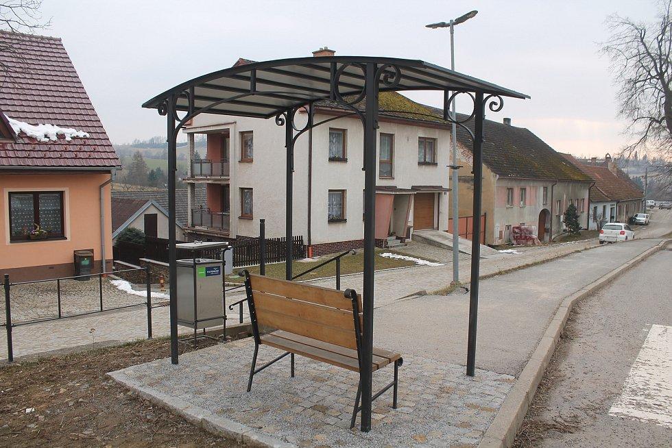 Autobusová zastávka je nově vybudovaná.